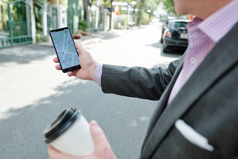 cliente buscando una empresa en el mapa del móvil: SEO Local